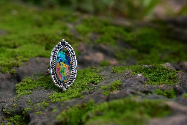 Srebrny pierścionek z opalem. połóż na podłodze