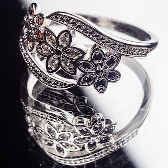 Srebrny pierścionek zdobiony kamieniami szlachetnymi szafir, cyrkonia, rubin
