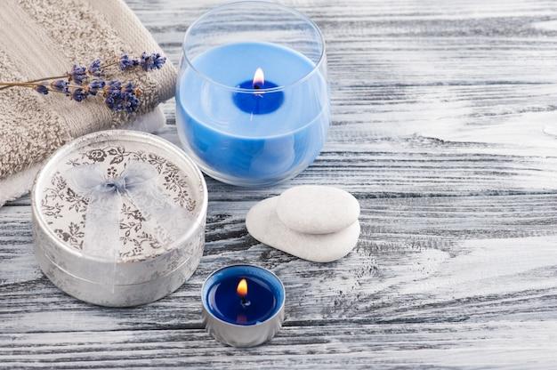 Srebrny prezent, kwiat lawendy, niebieskie świece