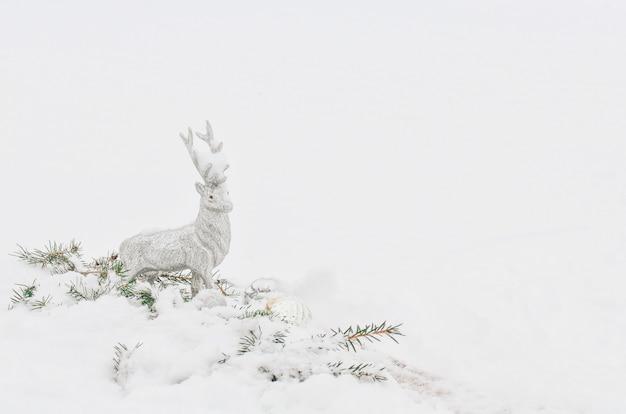 Srebrny szary błyszczący boże narodzenie renifer na białym śniegu