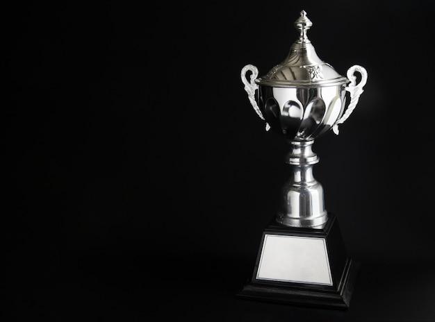 Srebrny trofeum na czarnym tle. zwycięskie nagrody
