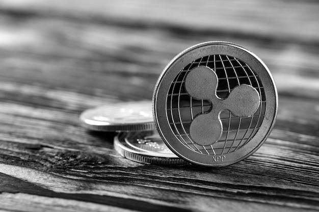 Srebro marszczy xrp monety na czarnym drewnianym tle
