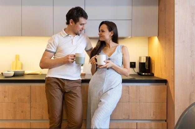 Średni partnerzy w kuchni