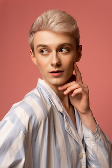 Średni portret osoby trans