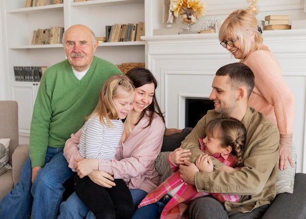 Średni portret rodziny w pomieszczeniu