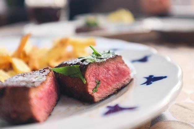 Średni stek z wołowiny z frytkami