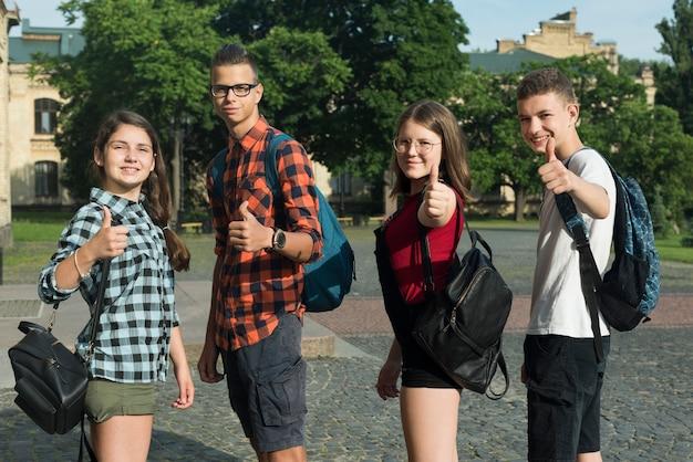 Średni strzał aprobujących nastoletnich przyjaciół