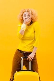 Średni strzał blondynki kobieta z walizką