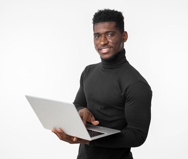 Średni strzał człowieka za pomocą laptopa