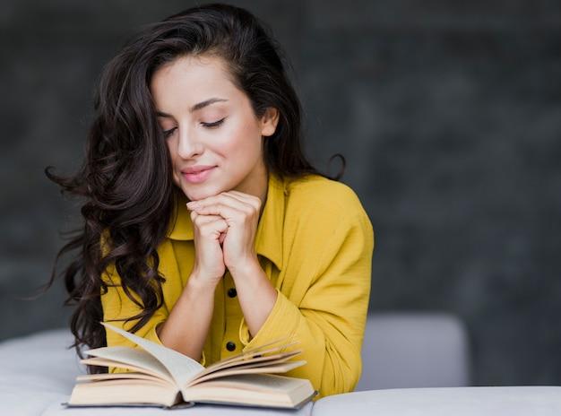 Średni strzał dorywczo kobiety czytanie