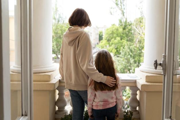 Średni strzał dziewczyna i matka