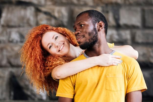 Średni strzał interracial para uśmiecha się
