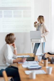 Średni strzał kobiet na spotkaniu biznesowym