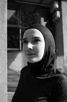 Średni strzał kobieta jest ubranym hijab
