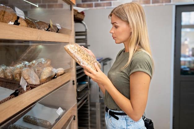 Średni strzał kobieta trzymająca produkt cukierniczy