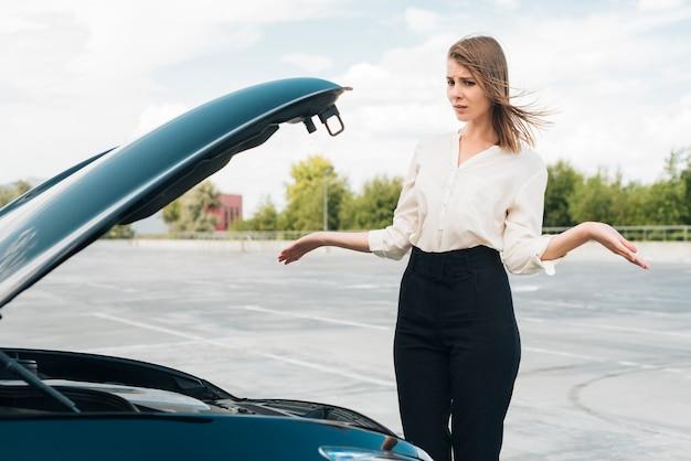 Średni strzał kobiety i samochodu