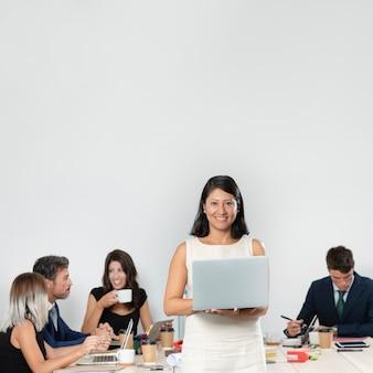 Średni strzał kobiety mienia laptop