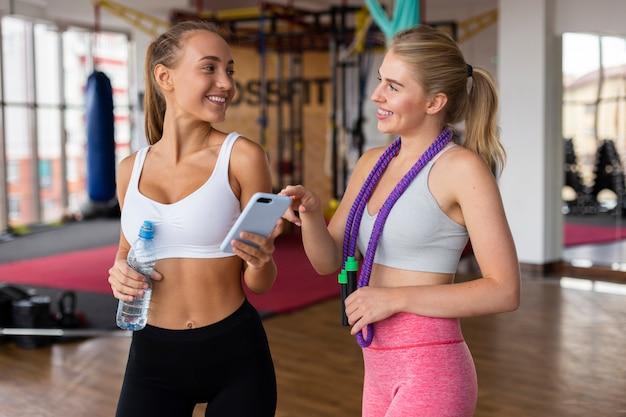 Średni strzał kobiety przy gym