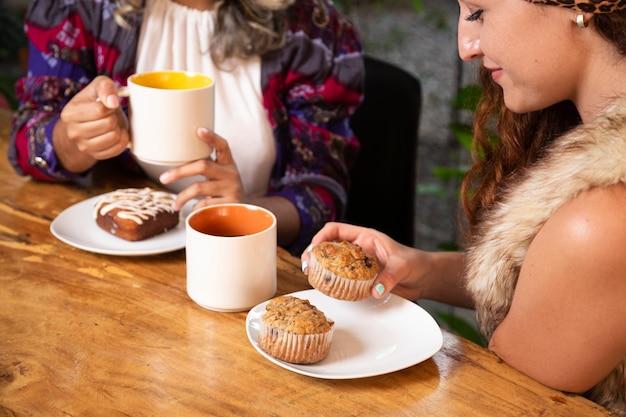 Średni strzał kobiety przy sklep z kawą