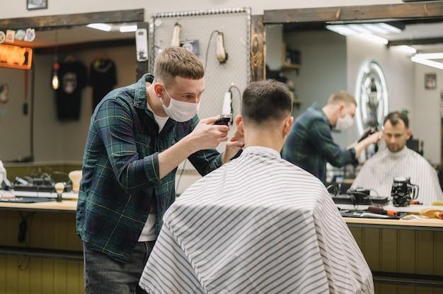 Średni strzał koncepcji fryzjerski