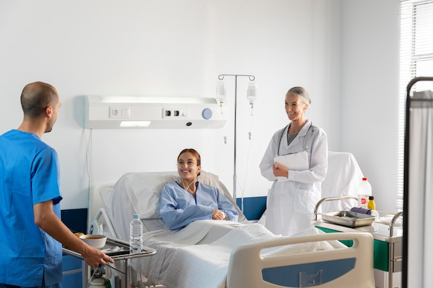 Średni strzał lekarza i pielęgniarki z pacjentem
