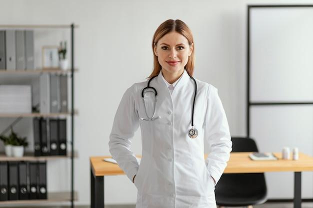 Średni strzał lekarza ze stetoskopem