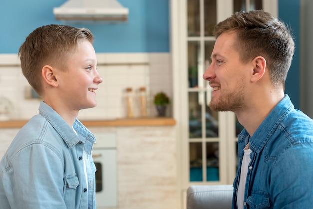 Średni strzał lub ojciec i syn patrzą na siebie