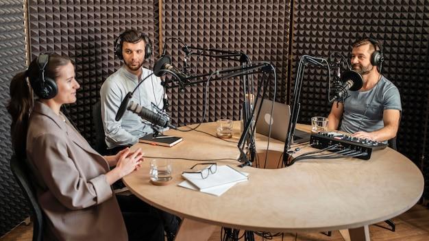 Średni strzał ludzi rozmawiających w radiu