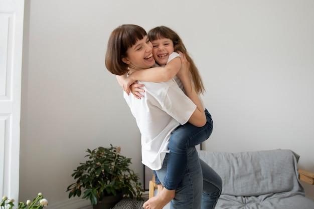 Średni strzał matka trzymająca dziewczynę