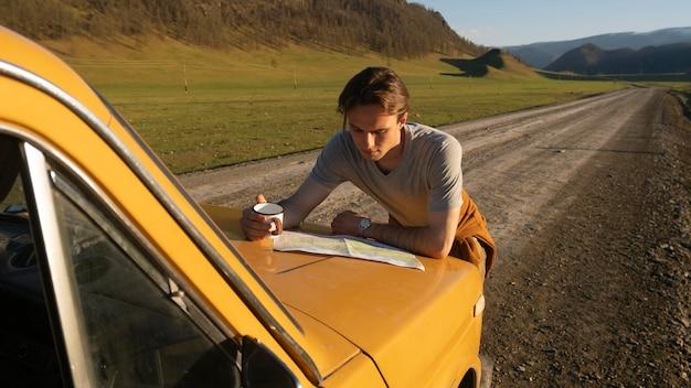 Średni strzał mężczyzna czytający mapę