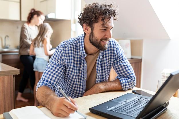 Średni strzał mężczyzna patrzeje laptop