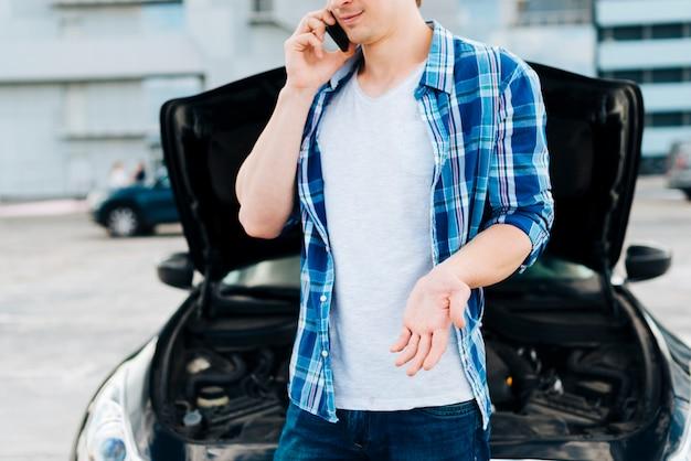 Średni strzał mężczyzna rozmawia przez telefon