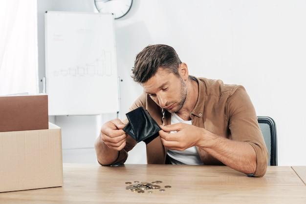 Średni strzał mężczyzna sprawdzający portfel
