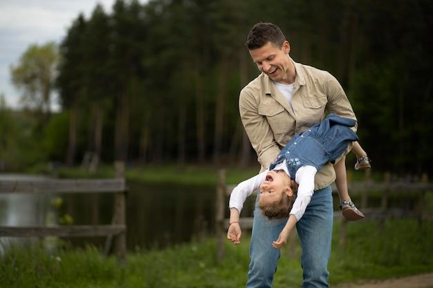 Średni strzał ojciec bawi się z dzieckiem