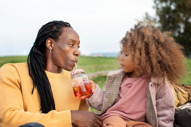 Średni strzał ojciec i dziecko z sokiem