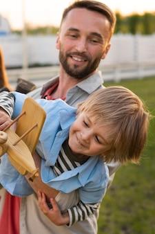 Średni strzał ojciec trzymający dziecko