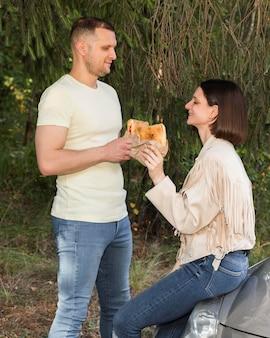 Średni strzał partnerzy trzymający jedzenie
