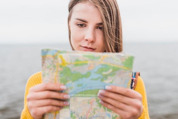 Średni strzał podróżnika czytającego mapę