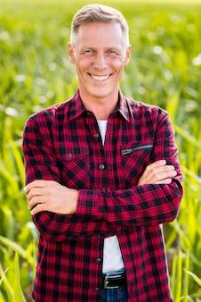 Średni strzał portret uśmiechniętego człowieka
