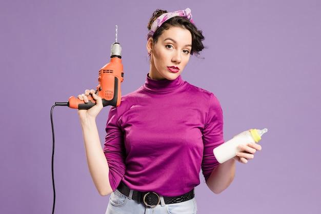 Średni strzał praktycznej kobiety dbającej o dziecko i dom