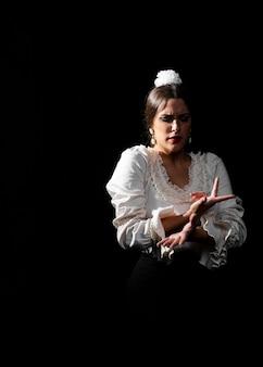 Średni strzał ruchomych ramion flamenca z wdziękiem