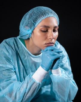 Średni strzał smutny lekarz noszący sprzęt