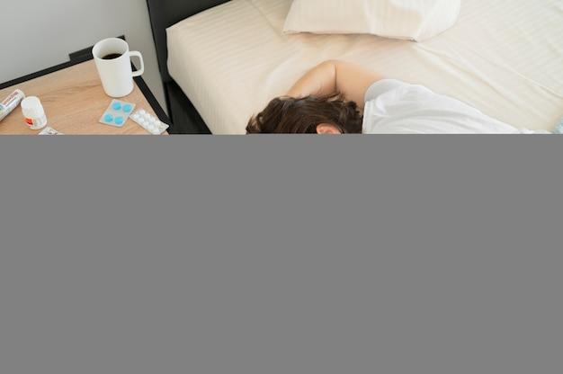 Średni strzał śpi chora kobieta