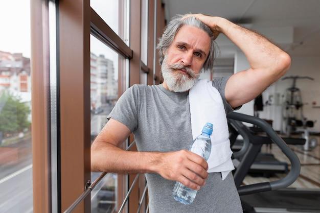 Średni strzał sprawny mężczyzna na siłowni