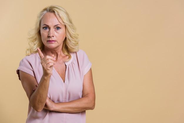 Średni strzał starsza kobieta ma argument