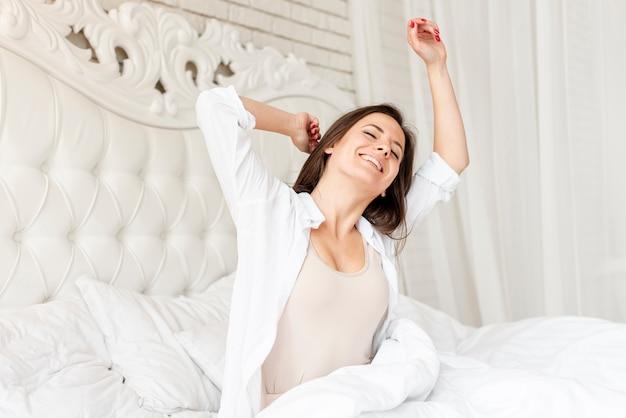 Średni strzał szczęśliwa dziewczyna budzi się