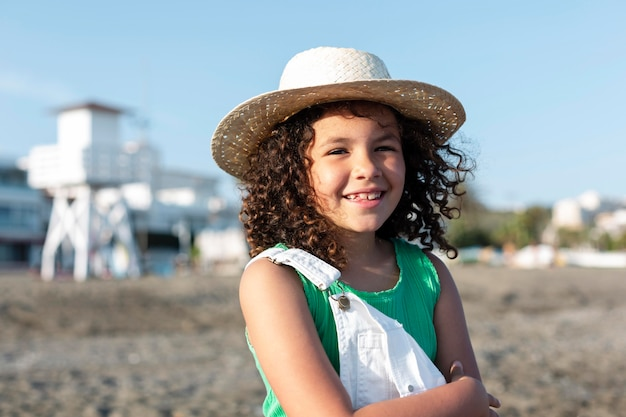 Średni strzał szczęśliwa dziewczyna na plaży