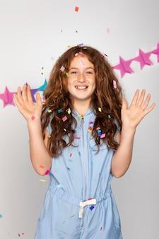 Średni strzał szczęśliwa dziewczyna z konfetti