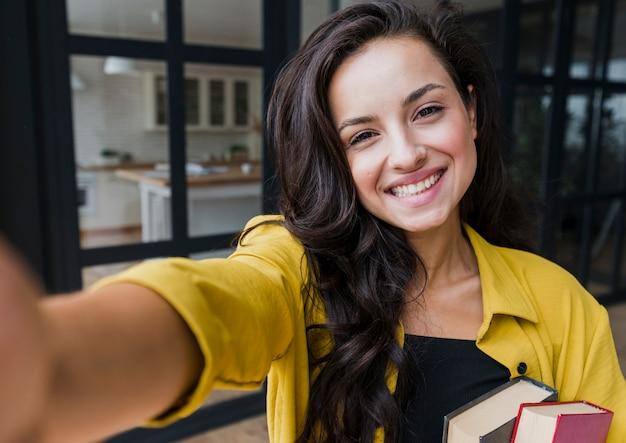 Średni strzał szczęśliwa kobieta bierze fotografię