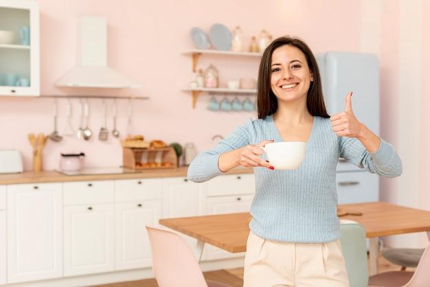 Średni strzał szczęśliwa kobieta pokazuje zatwierdzenie